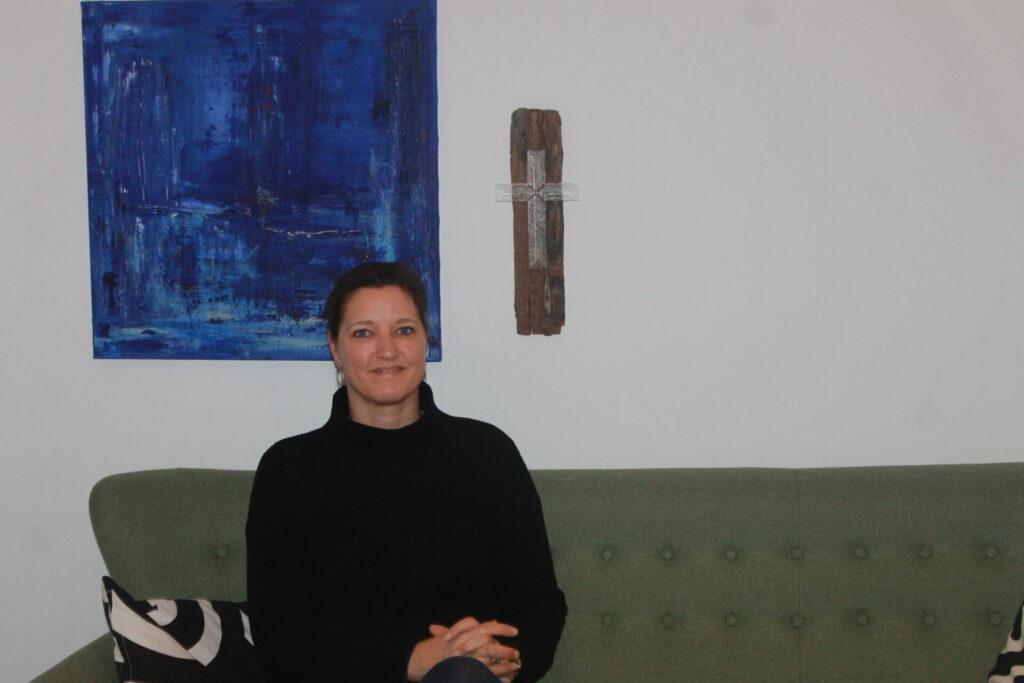 Ane - vores præst - i sofaen i præstekontoret. Sofaen er egentlig normalt forbeholdt gæsterne.